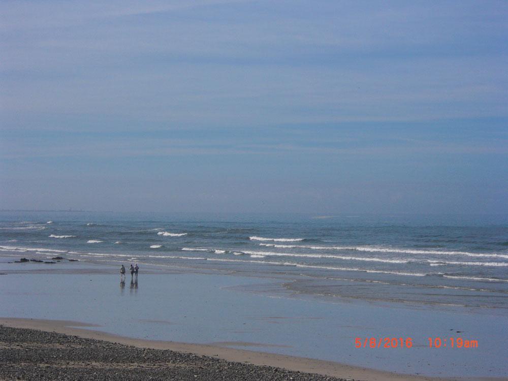 Muschelsucher am Strand von Plozévet