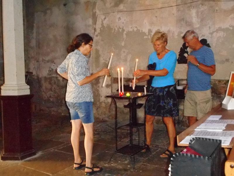Kerze anzünden in der Kirche für Kinder und Enkelkinder, ein beliebtes Ritual in den Ferien….